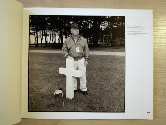 William Patrick przy grobie przyjaciela, 1994. Strony albumu, który fotograf zadedykował ojcu.