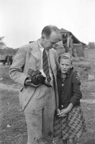 Julien Bryan nie był w stanie odejść od dziewczynki, którą fotografował. Gdy używał kamery jego aparat trzymał polski przewodnik i on zrobił zdjęcie. (z archiwum syna fotografa)