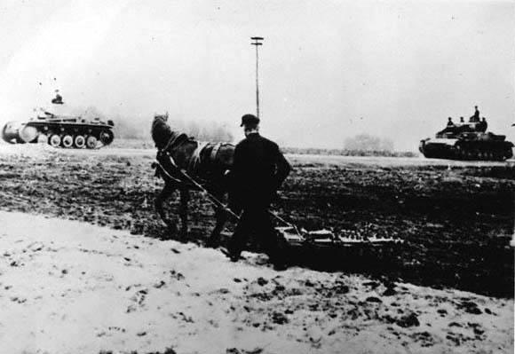 Pierwsza jesienna orka pod niemiecką okupacją (fot. za Hulton-Deutsch Collection/CORBIS)