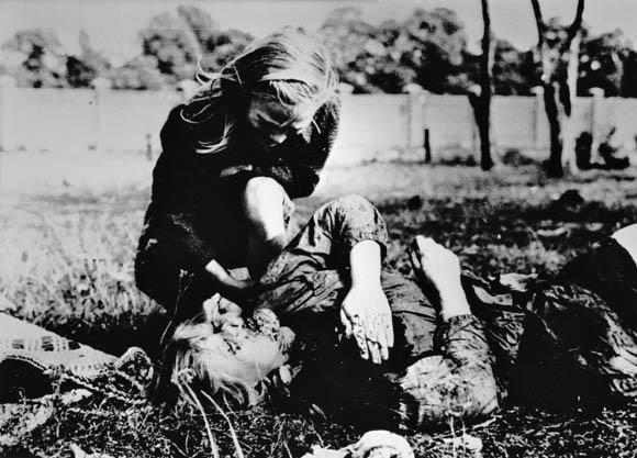Zdjęcie, które stało się symbolem nowej wojny prowadzonej przez Niemcy. Fot. Julien Bryan (z archiwum syna fotografa)