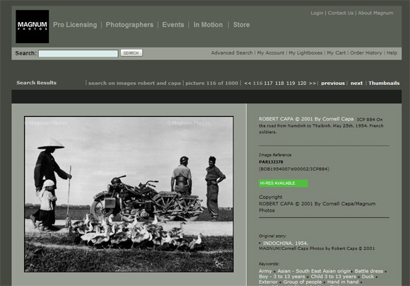 Indochiny, chłopi i francuscy żołnierze. Fot. Roberta Capy w archiwum agencji Magnum
