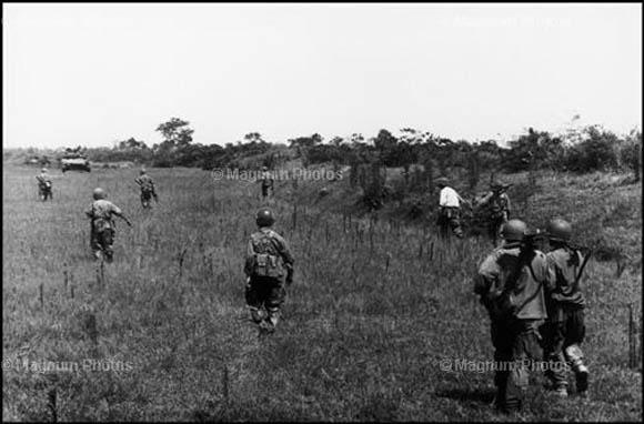 Żołnierze na polu ryżowym, ostatnie zdjęcie Roberta Capy (Fot. za agencja Magnum)