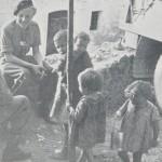 Włoskie dzieci i żołnierze gen. Andersa w kuchni polowej. Włochy 1944 r. (Fot. za Marek Świecicki - Ostatni Rok wojny)