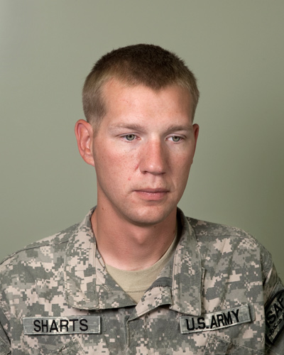 Jeden z portretĂłw. Sgt Joseph Sharts, 28, Mortuary Affairs Specialist, Kandahar Airfield, Afghanistan (Fot. za philipcheungphoto.com)
