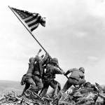 Flaga stawiana na Suribachi. (Fot. za AP Photo/U.S. Marine Corps)