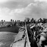 Lądowanie na Iwo Jimie, 19 lutego 1945 r. Fot. Joe Rosenthal/AP (za denverpost.com)
