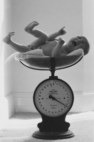 WaĹźenie dziecka w domu. 1975 r.  Fot. Clive Limpkin (za clivelimpkin.com)