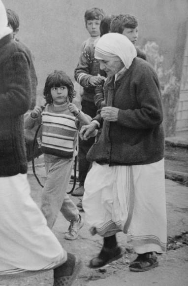 Matka Teresa wraca do domu, 1990 r. Fot. Clive Limpkin (za clivelimpkin.com)