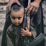 Kolejne pokolenie Afgańczyków zna tylko wojnę. Fot. Steve McCurry (za picasaweb)