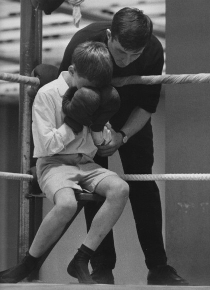 Przegrana chłopca w mistrzostwach w boksie, Sussex ok. 1969 r. Fot. Clive Limpkin (za clivelimpkin.com)