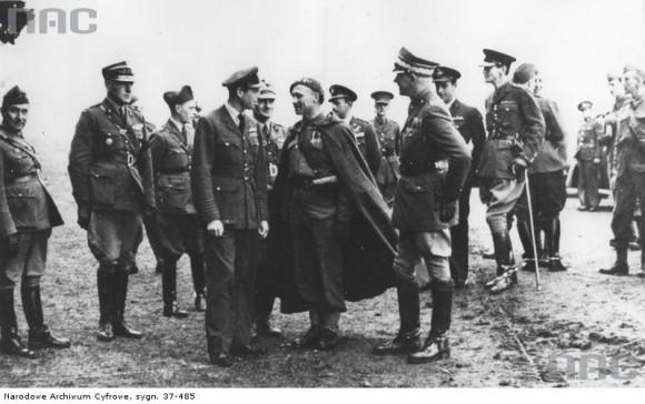 Książę Kentu rozmawia z płk dypl. Władysławem Decem (w stroju podhalańczyka). Wrzesień 1940 r. (fot. za NAC)