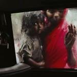 Dzieci proszą o jałmużnę na ulicy Bombaju, Indie 1993 r. Fot. Steve McCurry (za picasaweb)
