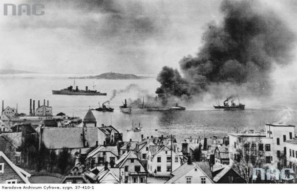 Brytyjski niszczyciel mija jednostki niemieckie zatopione u wejścia do portu w Narwiku. (fot. za NAC)