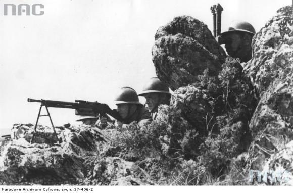 Ręczny karabin maszynowy podhalańczyków na stanowisku bojowym. (fot. za NAC)