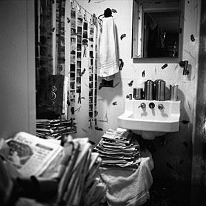 Ciemnia w chicagowskiej łazience Maier, 1956 r. (fot. za vivianmaier.com)