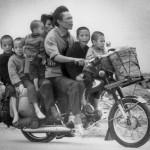 Wietnamska rodzina ucieka w kierunku Sajgonu. (Fot. Nick Ut /AP za Denverpost.com)