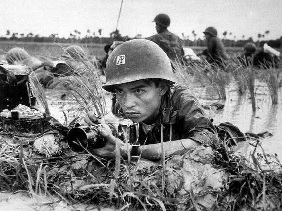 Huynh Thanh My kryje się na polu ryżowym wraz żołnierzami wietnamskimi, wrzesień 1965 r.
