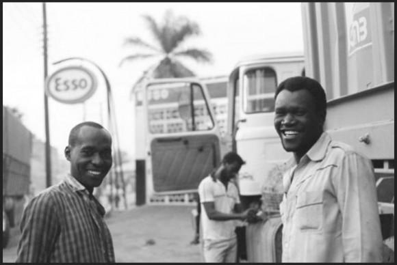Kierowca Stephen Mwanza i jego pomocnik Obadiah, Tanzania, 1992. (Foto. Ted Conover)