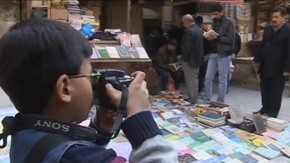 Fotografujący Qamar Hashim - kadr z filmu Reutersa.