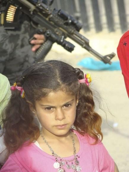 Iracka dziewczynka, prtret na ulicy. Fot. Qamar Hashim