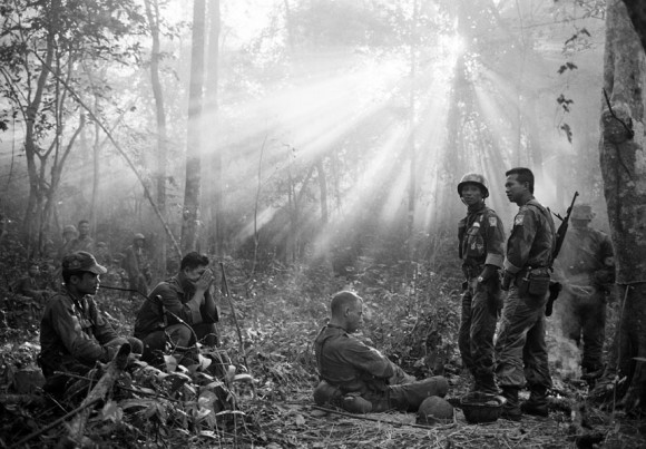 Odpoczynek podczas zasadzki w dżungli, 1965 r. Fot. Horst Faas/AP (za denverpost.com)