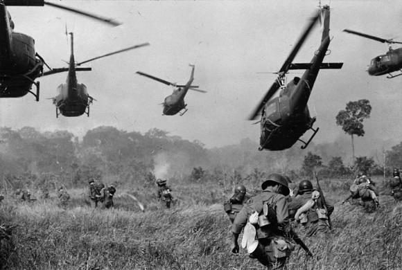 Amerykańskie śmigłowce wspierają żołnierzy wietnamskich na północny-zachód od Sajgonu. Fot. Horst Faas/AP (za denverpost.com)