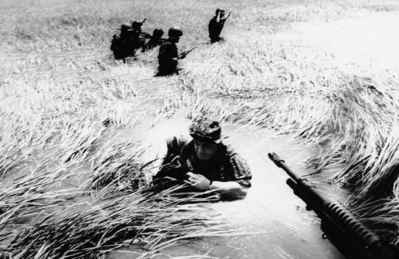 Horst Faas wycofuje się do śmigłowca po dniu spędzonych ze zwiadowcami, maj 1965 r.Fot. AP (za denverpost.com)