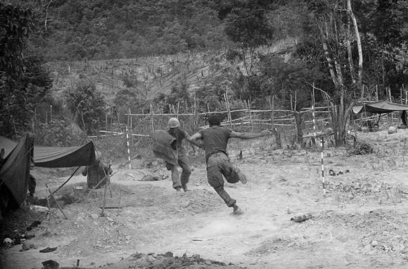Mariens kryją się w okopie, czerwiec 1966 r. Fot. Horst Faas/AP (za denverpost.com)