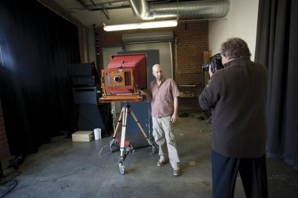 Autor projektu pozuje przy swoim Polaroidzie 20x24 cale. Fot. za mantoani.com