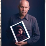 Steve McCurry ze swoim zdjęciem młodej Afganki, Pakistan 1984r. Fot. Tim Mantoani (za mantoani.com)