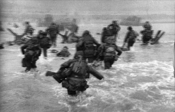 Plaża Omaha - Zdjęcie Roberta Capy z 6 czerwca 1944r. (Fot. za Wikipedia)