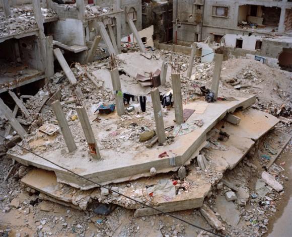 "Resztki budynku Hamasu. Z cyklu ""Gaza - straszne miasto"". fot. Heinrich Völkel (za bildwerk3.de)"