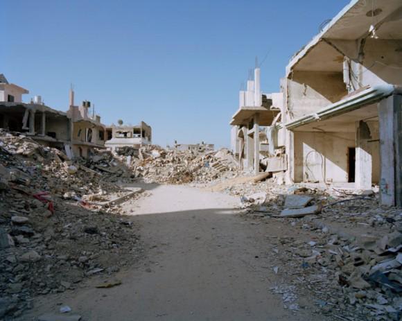 """Ulica gruzów. Z cyklu """"Gaza - straszne miasto"""". fot. Heinrich Völkel (za bildwerk3.de)"""