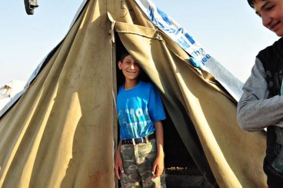 Ali nie lubi mieszkać w namiocie. Jest w nim mało miejsca i czasami podtapia go woda. Fot. Ali, 10 lat. Projekt Czujczuj za (za Polityka.pl)