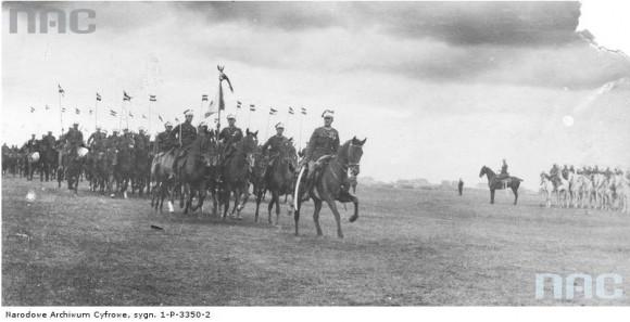 Cztery lata po opisanych wydarzeniach Marian Fuks fotografował warszawskie uroczystości z okazji rocznicy Bitwy Warszawskiej. 15.08.1924 r. (fot. Marian Fuks, Archiwum IKC, za NAC)