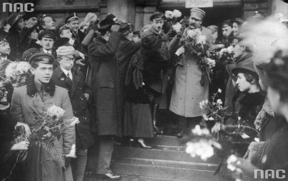 Powitanie Józefa Piłsudskiego na Dworcu Wileńskim w Warszawie po przybyciu z Krakowa, 12.12.1916 r. (fot. Marian Fuks, Archiwum IKC, za NAC)